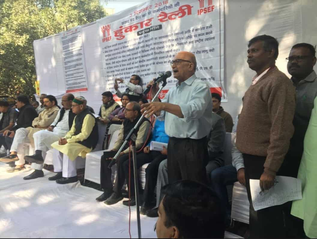 7th Pay Commission: Central and state government employees at Jantar Mantar, New Delhi, on Monday.