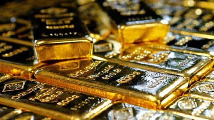 Gold price edges up, holds tight range ahead of US data