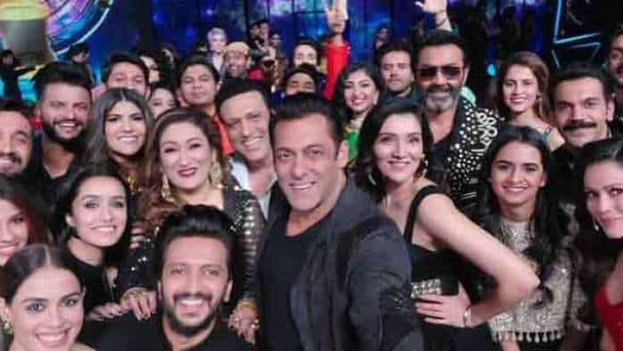 Indian Pro Music League Grand Opening: Salman Khan's 'mega selfie' on world's biggest music league with Riteish Deshmukh, Genelia D'Souza, Shraddha Kapoor, others now viral on social media