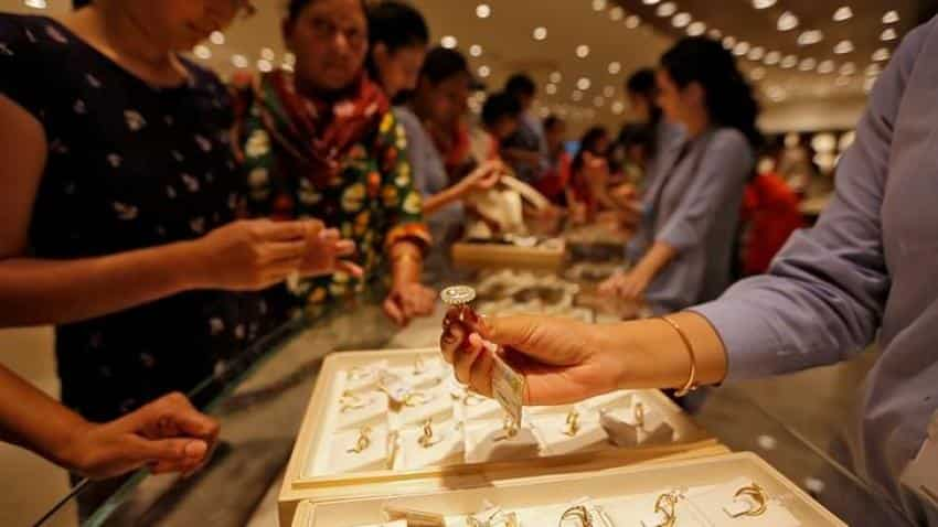 Gold inches down amid Fed inflation concerns