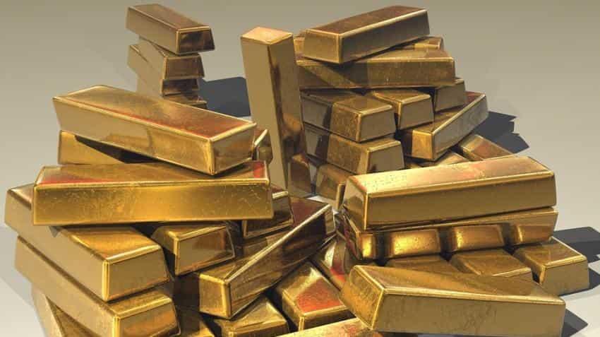 Gold hovers below 2 week high, but eyes second weekly gain