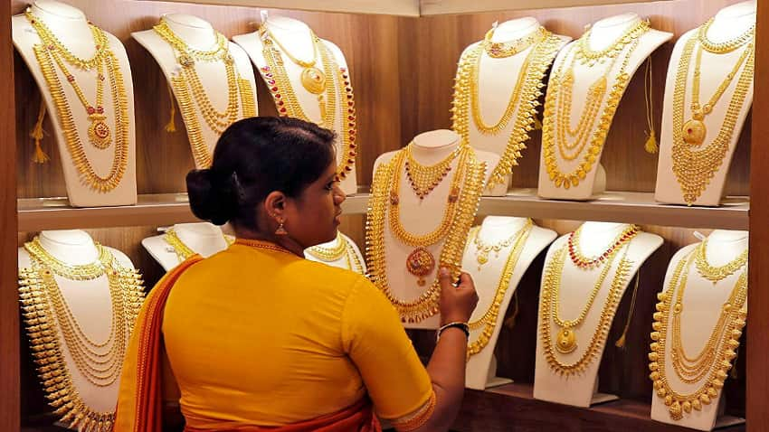 Gold futures fall on weak global cues