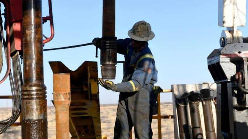 Oil price falls 2 pct on US stimulus impasse, stockpile rise