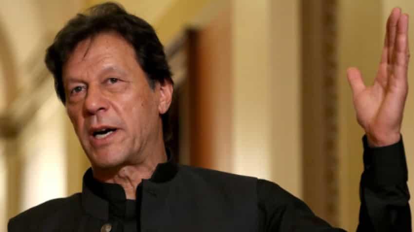 Uncanny resemblance! Pakistan PM Imran Khan lookalike riding rickshaw spotted; Twitter goes berserk over doppelganger - WATCH